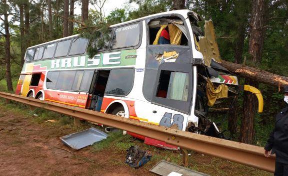 Accidente en Roca: El colectivo colisionó con un auto y desbarrancó por la explosión de una cubierta