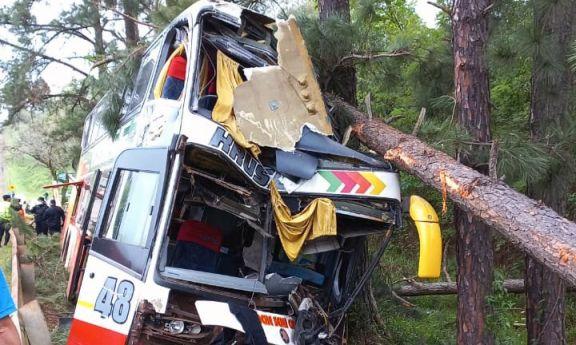 Gobernador Roca: Heridos graves y muertos tras despiste de un colectivo sobre ruta 12