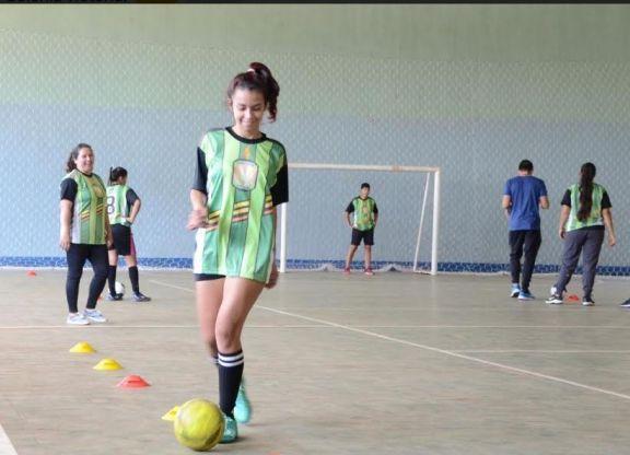 Jóvenes de Colonia Victoria participaron de una clínica de Futsal