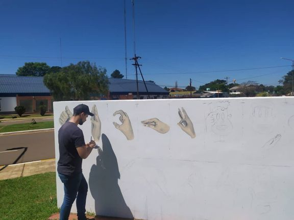 Pintan mural inclusivo en la plaza San Martín de Bernardo de Irigoyen