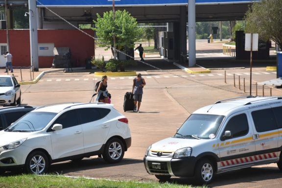La prueba piloto de frontera en marcha: la primera familia que cruzó el Tancredo Neves es de Miramar