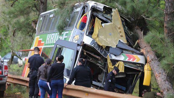 Dos pasajeros del Kruse que despistó en Roca siguen graves