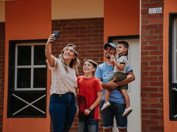 El gobernador estuvo en Iguazú y entregó 21 viviendas en barrio Las Leñas
