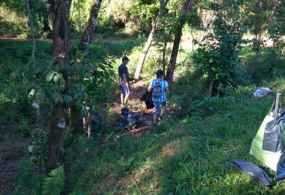 Vecinos de Puerto Esperanza caminaron y juntaron residuos de las calles