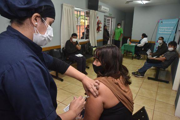 Covid: la vacunación a adolescentes  sigue en etapa de búsqueda activa