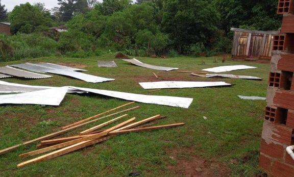 Voladura de techos, caída de postes de luz y árboles es el saldo del temporal en Candelaria