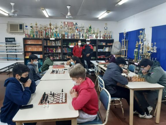 Retoman los torneos de ajedrez en la Escuela de Comercio de San Pedro