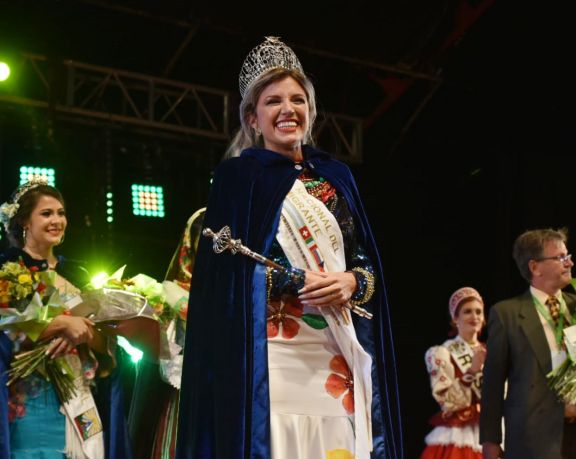 La representante brasilera Karen Da Silva obtuvo la doble corona en la Fiesta Nacional de los Inmigrantes