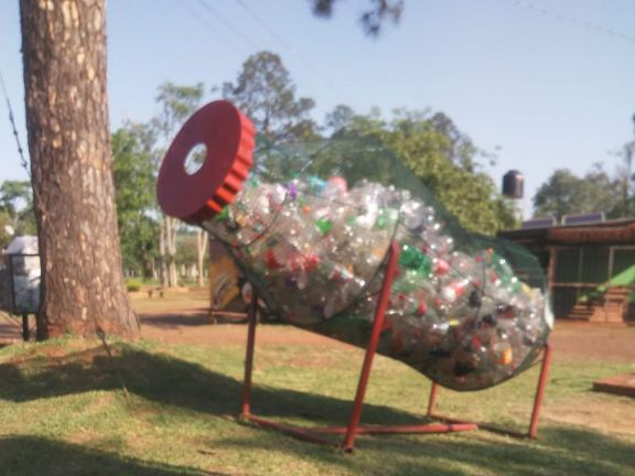 Crearon un contenedor para botellas de plástico que serán convertidas en adornos