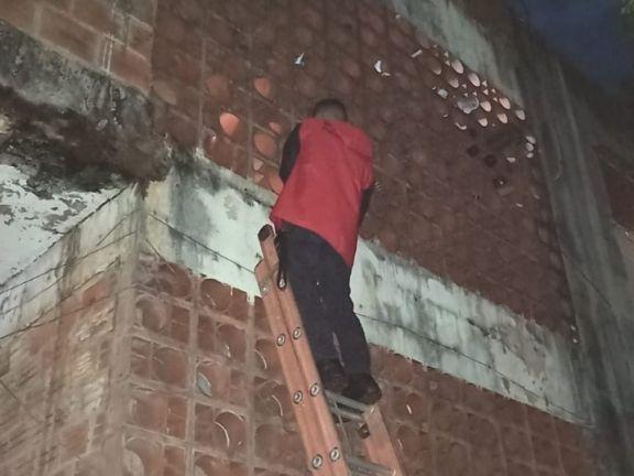 Bomberos rescataron a un nene que quedó atascado en una pared de ladrillos