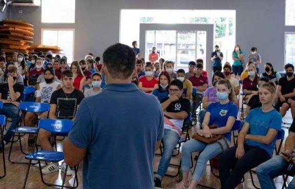 Alumnos de 12 establecimientos educativos secundarios de Andresito asistieron a la Expocarreras