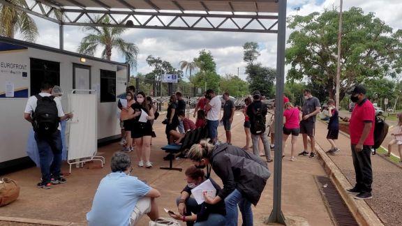 Una imagen que se repite, visitantes controlando los requisitos que necesitan para pasar a Iguazú.  Foto: norma devechi