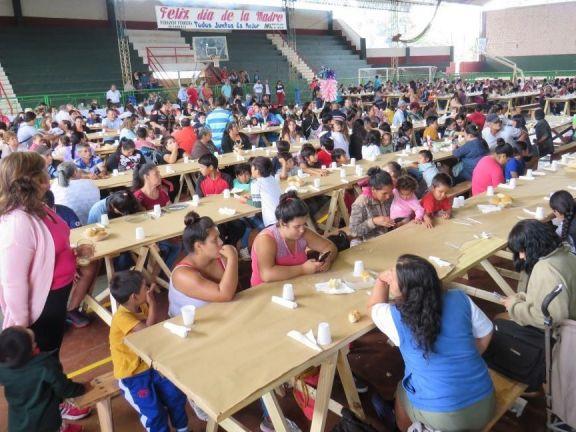 En Libertad agasajaron a las madres con un almuerzo comunitario