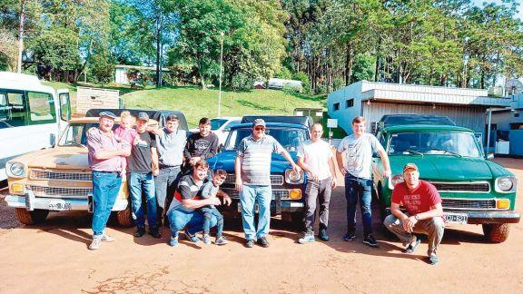 Grupo de amigos y el sueño de viajar por el país en rastrojero