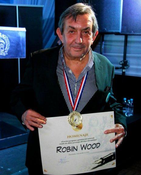 Robin Wood con uno de los tantos premios recibidos en su carrera. / Foto: Gentileza Ultimahora.com.py
