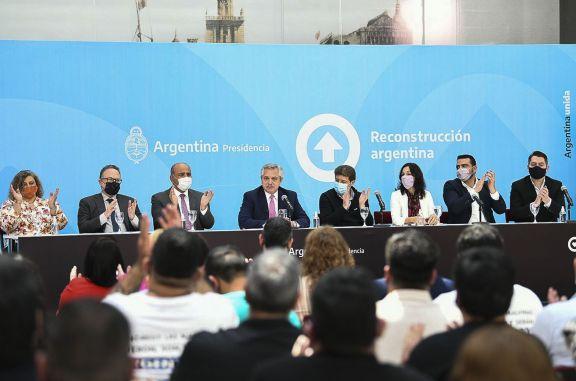 El Presidente firmó el decreto para convertir los planes sociales en empleo genuino