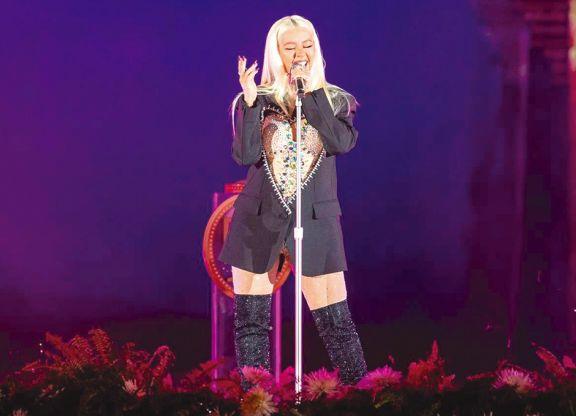 Christina Aguilera vuelve a cantar en español con 'Pa mis muchachas'