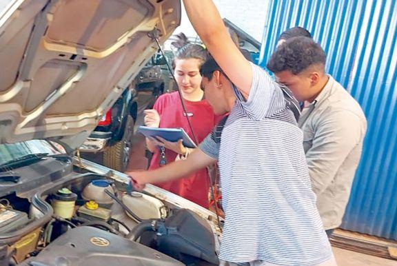 Alumnos de la Epet 10 hacen chequeos de autos