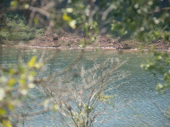 Eldorado: buscan a un colombiano que habría naufragado con una canoa llevando mercaderías hacia Paraguay
