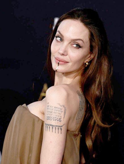 Angelina lució una curiosa joya y el borrón de su tatuaje dedicado a Brad Pitt