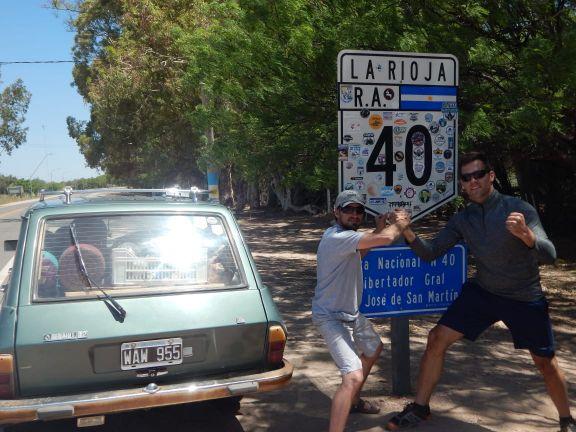 Dos misioneros se lanzaron a la aventura de recorrer la mítica Ruta 40 al mando de un Renault 12