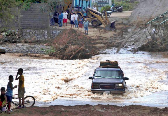 Evacuados y daños por un huracán en México