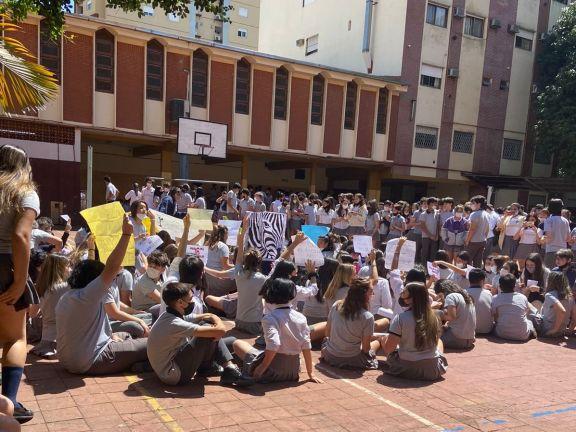 Alumnas del Roque hicieron una sentada denunciando acoso por parte de sus compañeros
