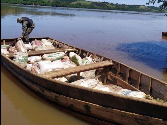 Incautaron una canoa repleta de soja, lista para ser llevada a Brasil