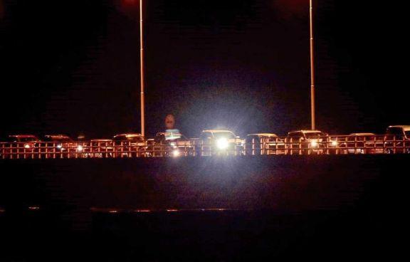 La espera se prolongó por horas y anoche había decenas de autos sobre el viaducto.