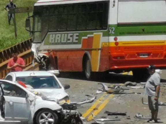 Los dos automóviles se llevaron la peor parte en el triple choque del puente Itacuruzú