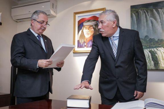 Daniel Hassan jurando como Contador General de Misiones ante el gobernador Hugo Passalacqua