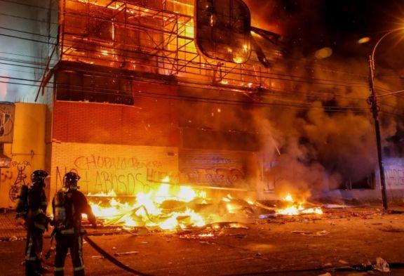 Chile: pese al toque de queda hay saqueos e incendios en supermercados
