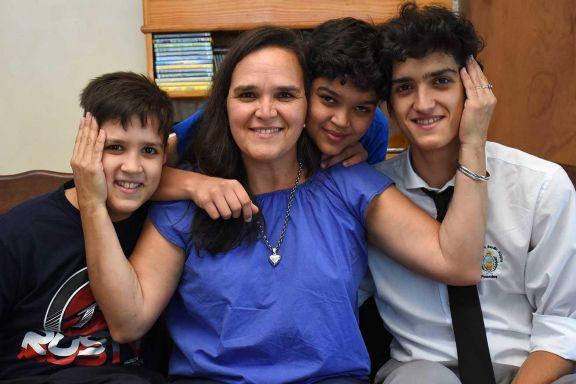 Carmen Oviedo, un ejemplo de madre, rodeada por sus hijos Joaquín (izquierda), Leandro y Alejo.