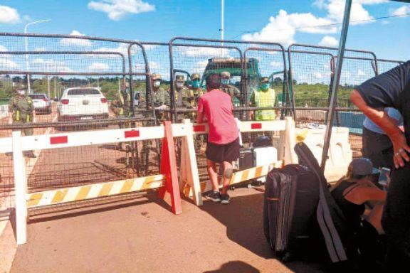 Pese del cierre total del puente Tancredo Neves, ayer 17 turistas quisieron ingresar a Iguazú desde Foz. Anoche estaban en el Centro de Frontera brasileño.