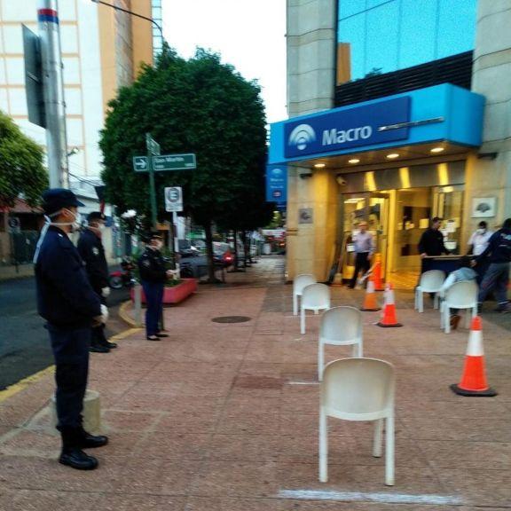 Tercer día frente a los bancos, menos adultos mayores en espera