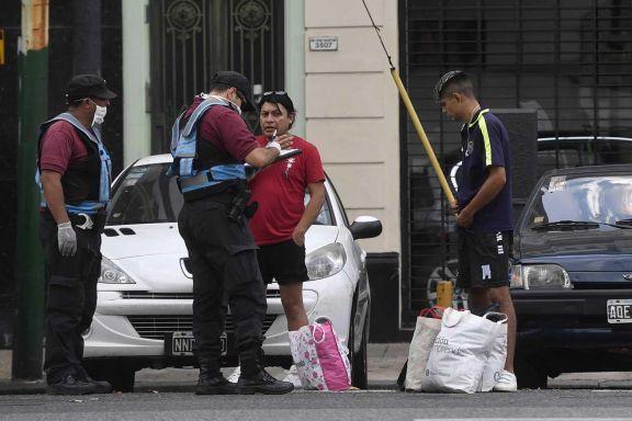La policía de la ciudad de Buenos Aires realiza controles a los peatones en plena cuarentena obligatoria.