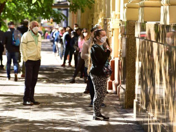 Espera para entrar al cajero automático en el Banco Nación de Posadas