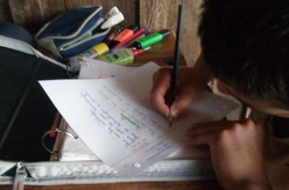 Un niño de San Pedro haciendo su tarea