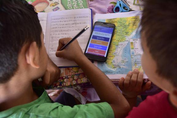Estudiar con el celular al lado se transformó en una necesidad durante la pandemia