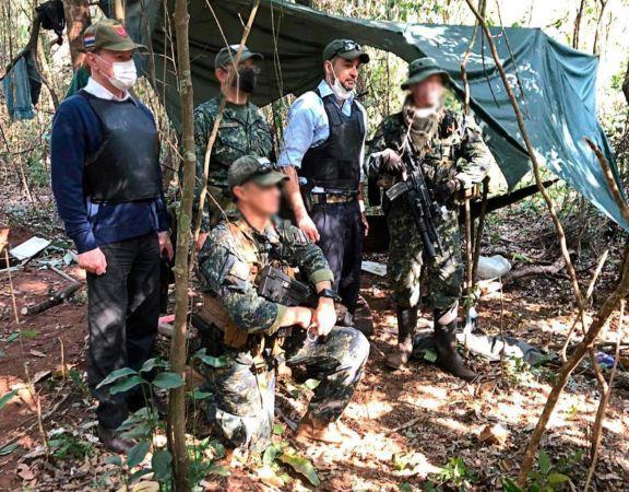 El presidente de Paraguay, Mario Abdo Benítez, junto a los efectivos del grupo especial que encabezaron el operativo