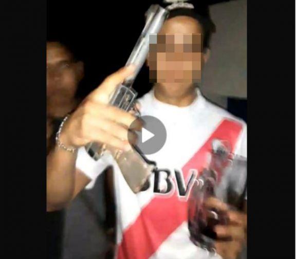 Viralizaron fotos con un arma y les cayó la Policía