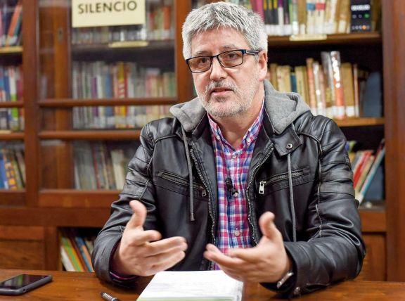 El médico Barrera en el tercer episodio de ConCiencia en la Biblioteca Popular Posadas.
