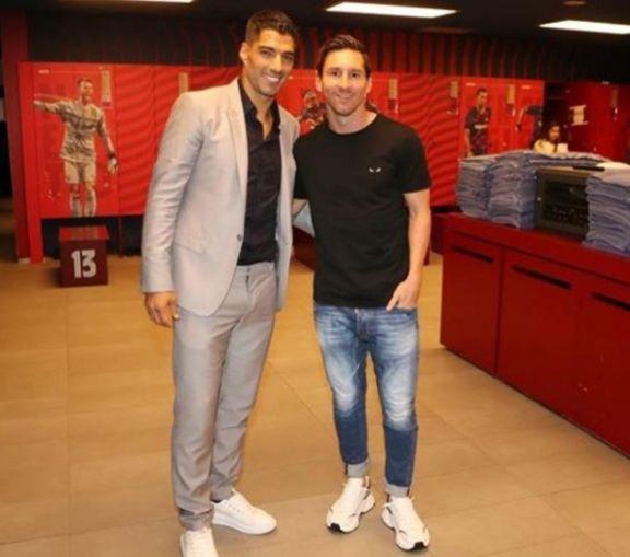 Luis Suárez y Lionel Messi, la última foto que se sacaron juntos dentro del vestuario del Barcelona