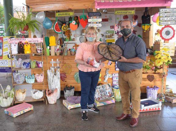 Además de trabajar con cemento y yute, Nilda y Roberto también reciclan frascos y crean artículos para el jardín.