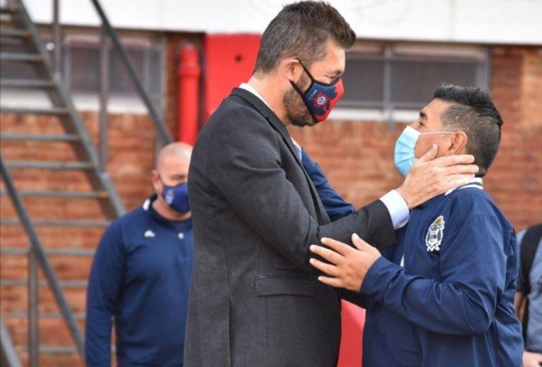 Maradona dirigió el amistoso con San Lorenzo y se abrazó ...