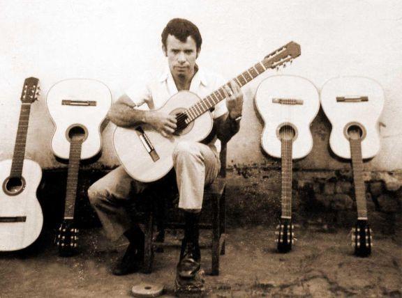 A pesar de haber fabricado también arpas, Chávez se enfocó en la guitarra.