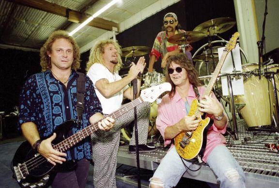 Los miembros de Van Halen, en una foto tomada en 1993 en Los Angeles. Michael Anthony, Sammy Hagar, Alex Van Halen and Eddie Van Halen con su guitarra