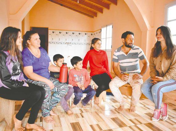 Lorena Rodríguez (primera a la derecha) es de San Pedro y se había ido a vivir a Posadas, por sus estudios de Licenciatura en Letras en la Unam, pero por la pandemia volvió a la casa de sus padres en la chacra.