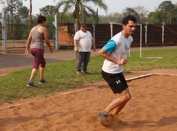 El Chino desde el 2011 entrena con mucho entusiasmo a cada atleta que llega al Ian Barney.