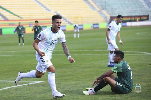 Lautaro Martínez festeja el gol del empate, al cierre del primer tiempo del juego entre Argentina y Bolivia